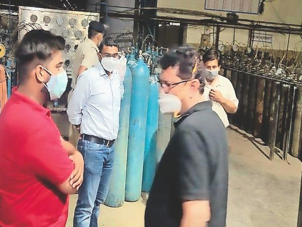 30 thousand rupees company manager arrested for selling oxygen cylinder plant sealed